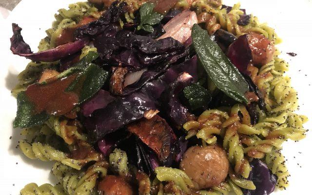 Gebackener Rotkohl mit Erbsen-Mohn-Pasta und Maronen