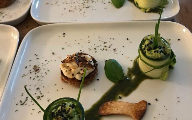 """Ostermenü """"Grünes Vergnügen"""" – Zucchini Röllchen mit Erbsen-Minz-Hummus"""